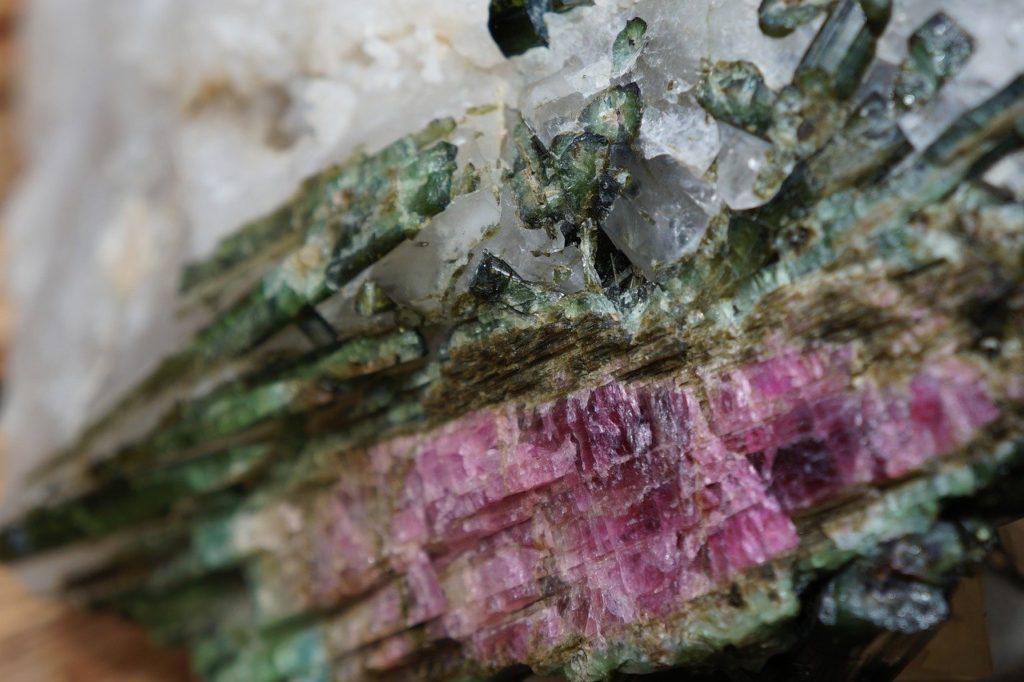 pierre de naissance d'octobre - la tourmaline rose tourmaline brut